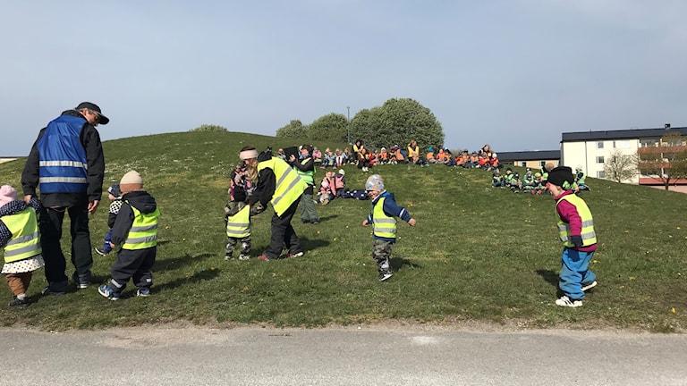 Baklängesmarschen vid förskolan Blå Huset i Visby.