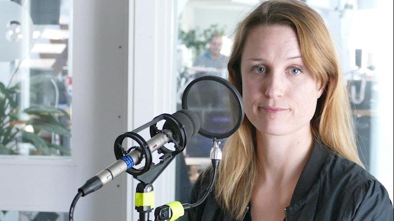 Porträtt i studion på Elin Sundin som jobbar i Stockholms stadshus, för Socialdemokraterna.