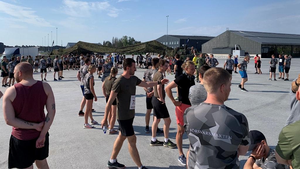 Värnpliktiga och yrkesmilitärer på Gotlands regemente P18 laddar inför ett löparlopp.