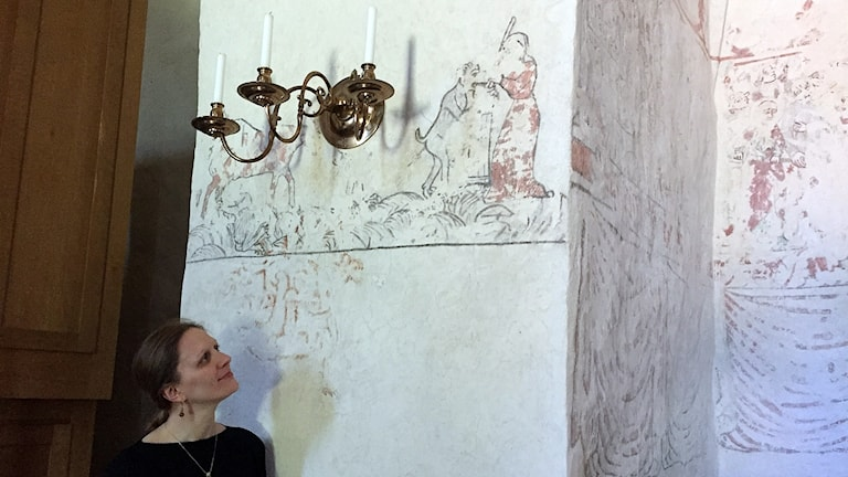 Forskaren Amber Rose från USA studerar väggmålningar i Bäl kyrka.