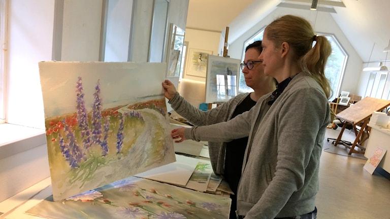 Pia Ekedahl och Gunilla Ahlberg tittar bland Hans Ekedahls alster.