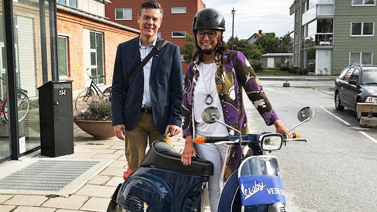 Rikard Elgan och Cecilia Bodström med en motorhistorisk vespa.