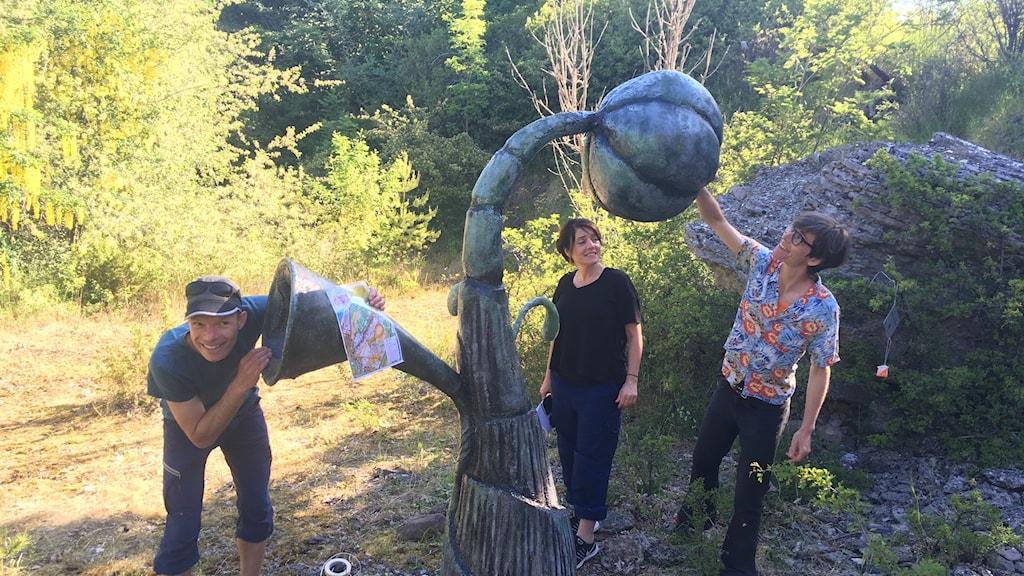 Skulpturen Organismen och konstkonsulent Armin Scholler, konstnär Jessica Lundeberg och Kristina Frank.