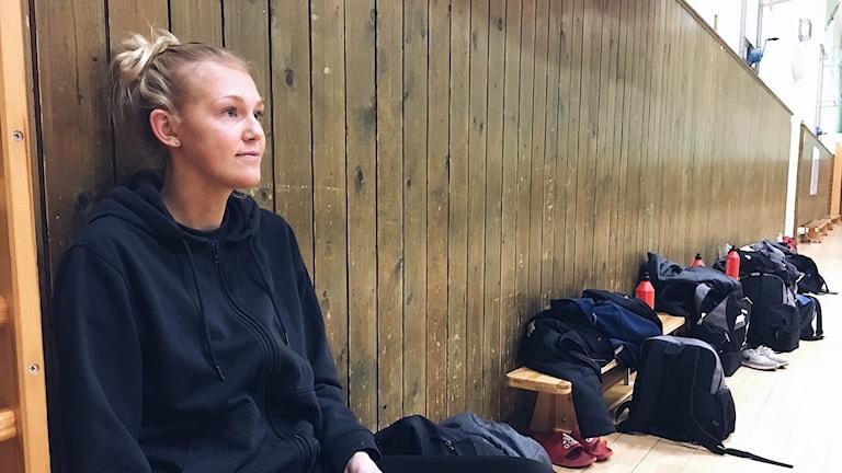 Elin Sjöberg säger att det är självklart för henne att ändå finnas på alla träningar och matcher, trots att hon inte kan spela själv.
