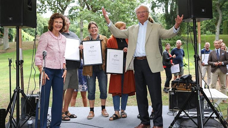 """Drottning Silvia och kung Carl Gustaf delar ut diplom för trädgården """"Alt ir baugum bundit""""- Allt är bundet i bågar, av Lilla Bjers, Gotland"""