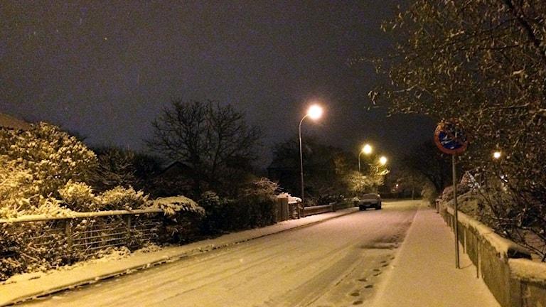 Snö på gatan i villakvarter i Visby.