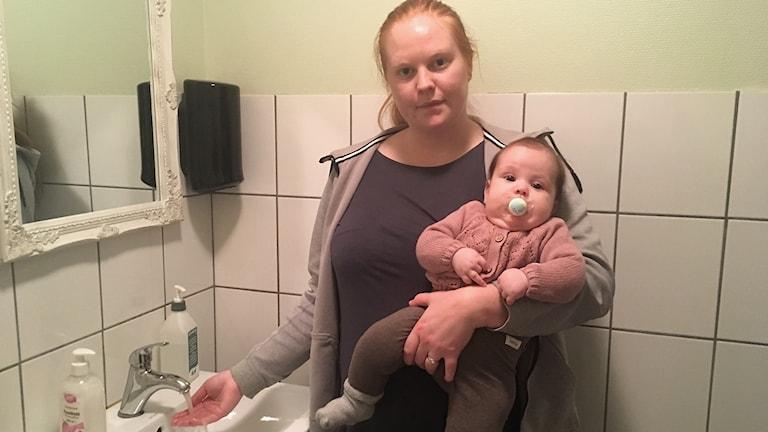 Julia Bandholz och hennes bebis har varit utan varmvatten.