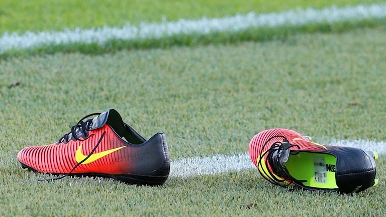 inkastade fotbollsskor
