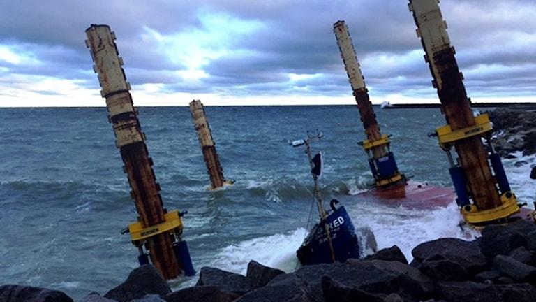 """Arbetsplattformen """"Big Red"""" som används vid byggandet av kryssningskajen kantrade på grund av höga vågor och blåst."""