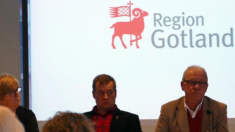Regionfullmäktiges ordförande, från vänster Margareta Persson (M) 2:e vice, Torgny Amnunet (S) 1:e vice och Bo Björkman (S) ordförande