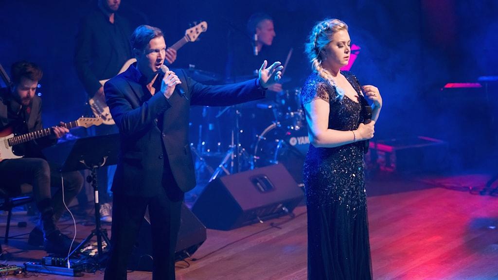 Victoria Tocca och Jesper Tydén i föreställning Från Broadway till Dufvemåla.