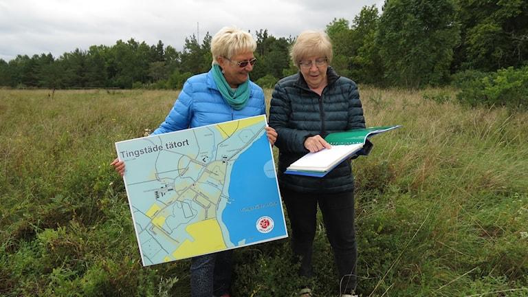 Lilian Stenman och Berit Pettersson,Tingstäde på platsen där de vill att Gotlandshem bygger lägenheter.