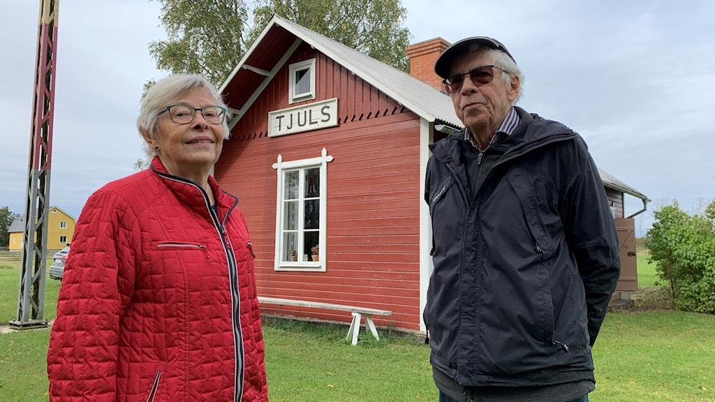 Ylva Rudin och Ingvar Jakobsson utanför gamla stationshuset i Eskelhem