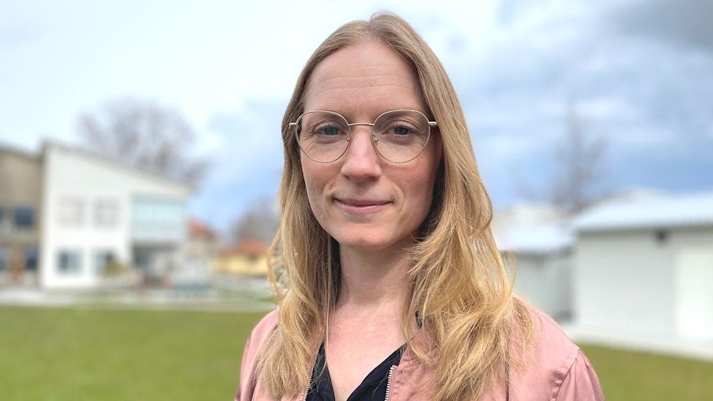 Kvinna med glasögon och långt blont hår.