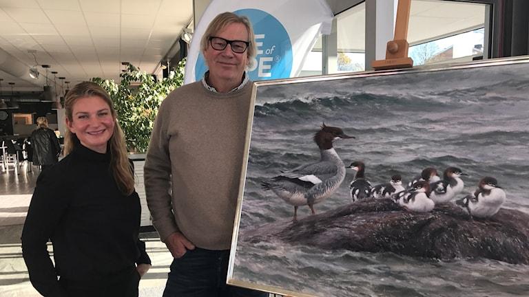 Barncancerfondens Anja Malmberg tillsammans med konstnären Lars Jonsson.
