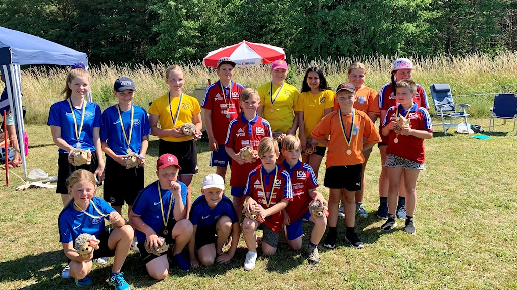 Ungdomar med medaljer runt halsarna