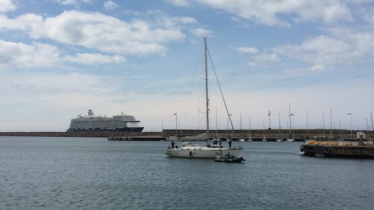 Kryssningsfartyg och segelbåt i Visby hamn