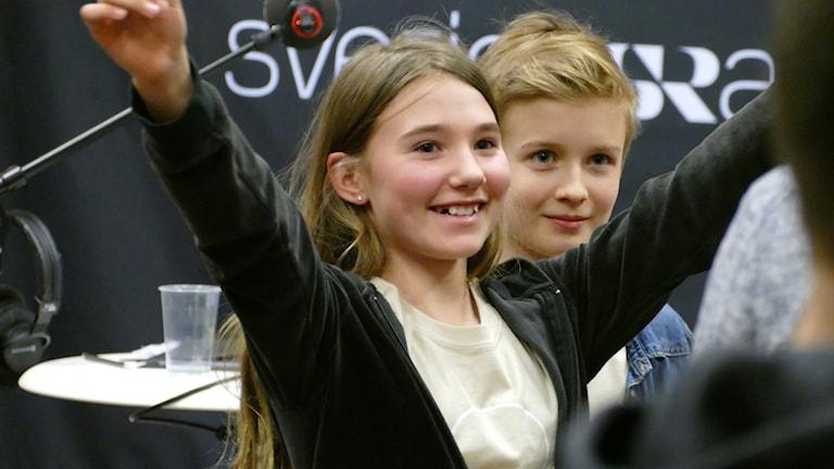 Viktoria Bertvig och Herman Häggbom firar efter segern.