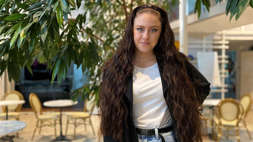 Sångerskan Karolina Westberg, som tävlar i Idol, står inne i P4 Gotlands radiohus.