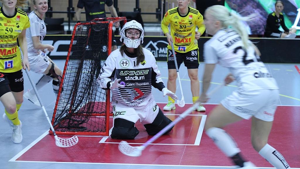 Endres målvakt Frida Görtz i målet med flera spelare kring sig.