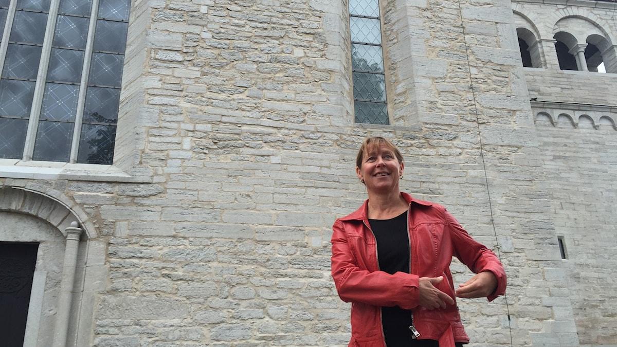 Susanne Svantesson framför morgondagens filmduk, Domkyrkan i Visby.