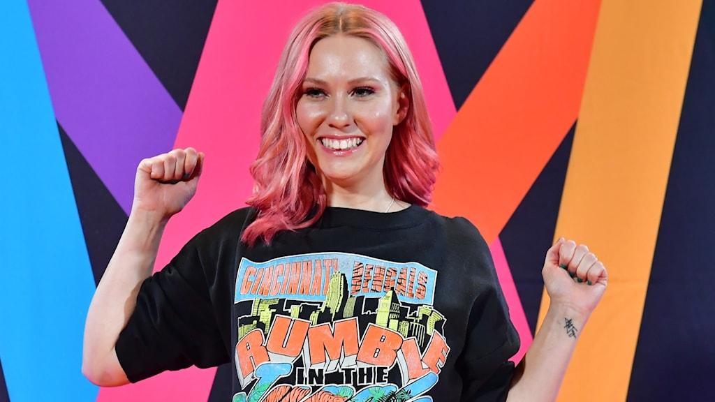 Clara Klingenström jublar efter att ha gått vidare i Melodifestivalen. Foto: Jonas Ekströmer/TT