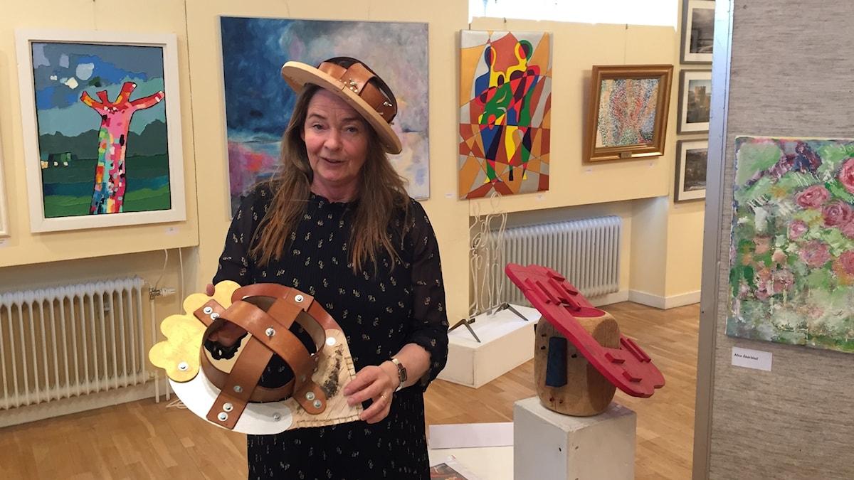 Maria Larsson provar hattkonst på Vårsalongen på Korsbygården i Lärbro.
