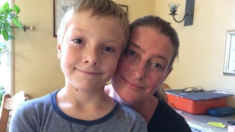Sara Karlsson med sin son 8-åriga Fabian Karlsson