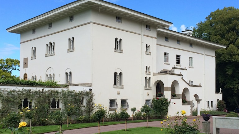 Sollidens slott, en vit stenbyggnad omgiven av grönska