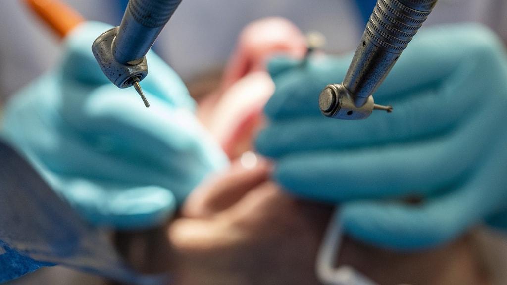 En person får tandvård.