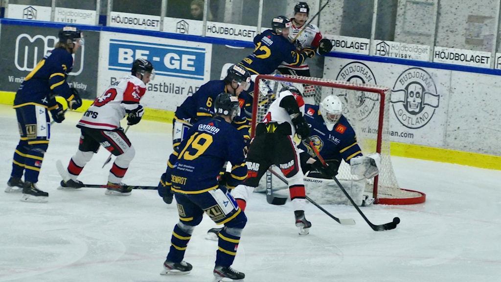 Hockeyspelare framför mål