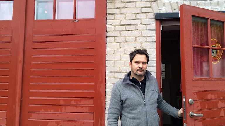 Brandmästare Henrik Johansson i dörren på den gamla brandstationen vid Klinttorget i Visby