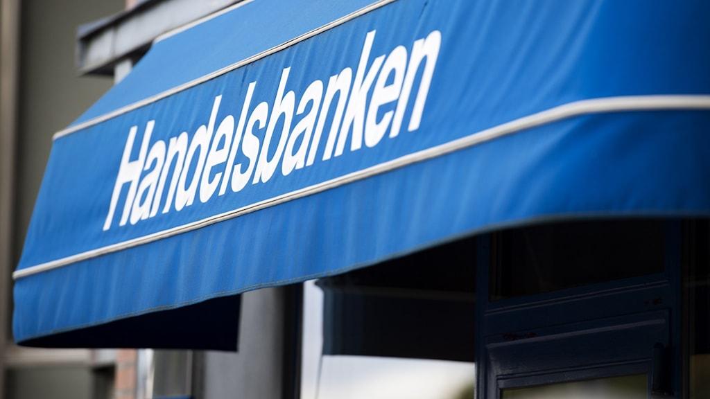 """En markis med texten """"Handelsbanken""""."""