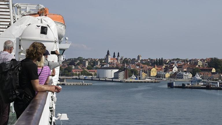 Passagerare på en gotlandsfärja som närmar sig Visby.