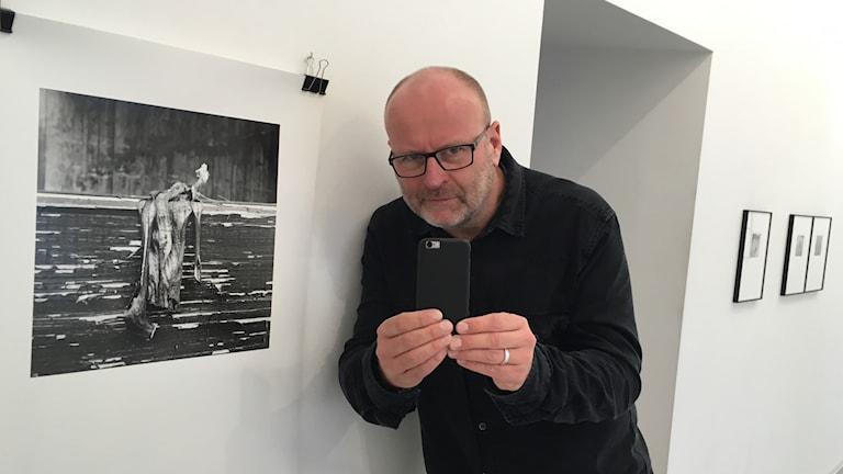 Jerker Andersson har gjort en utställning på Galleri Gotland av sin mobilkamera-dagbok.