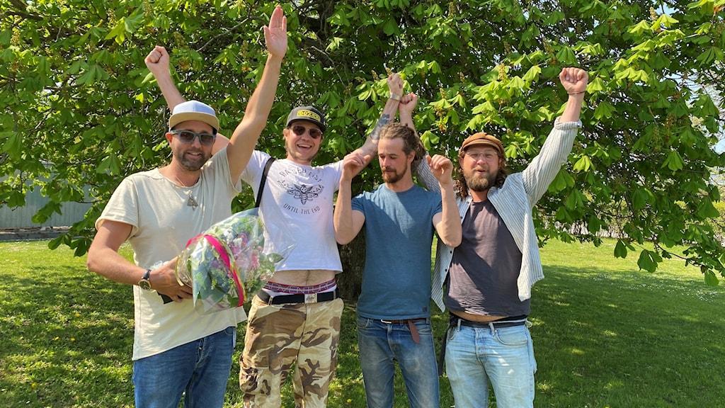 Bandet Wesley and the Snipes sträcker upp armarna för att fira att de vunnit P4 Nästa på Gotland.