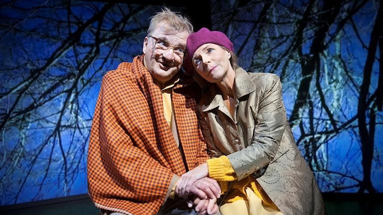 skådespelarna Lennart Bäck och Anna Jankert i pjäsen Öminnen på Länsteatern på Gotland.