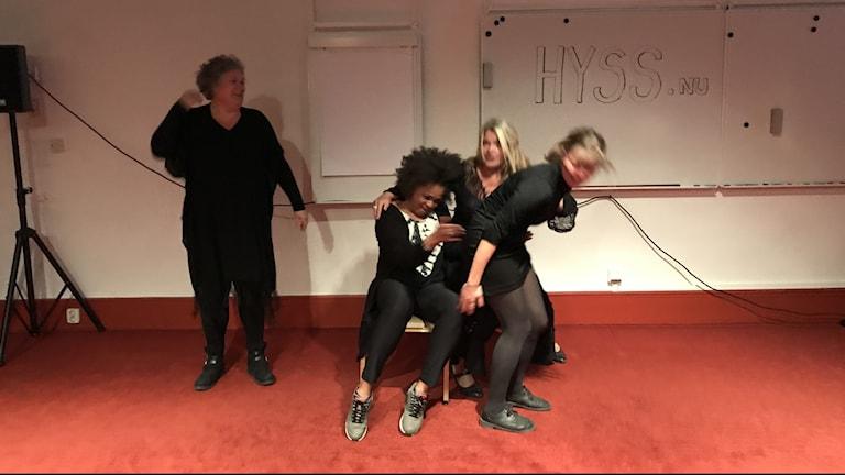 """Scenkonstgruppen HYSS repeterar föreställningen """"Men - hur ser vi ut?"""""""