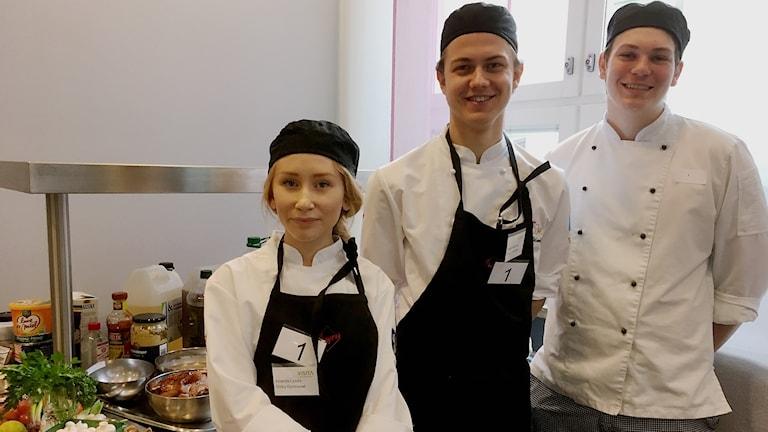 Amanda Lydahl och Svante Melander tävlar i gymnasie SM i matlagning. Hampus Berghult är deras kökshjälp.