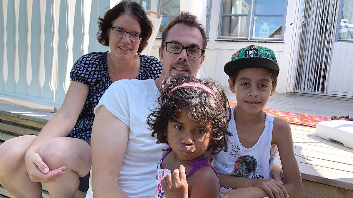 Sara och Matias Swartling som adopterat Livia och Alexander från Rumänien