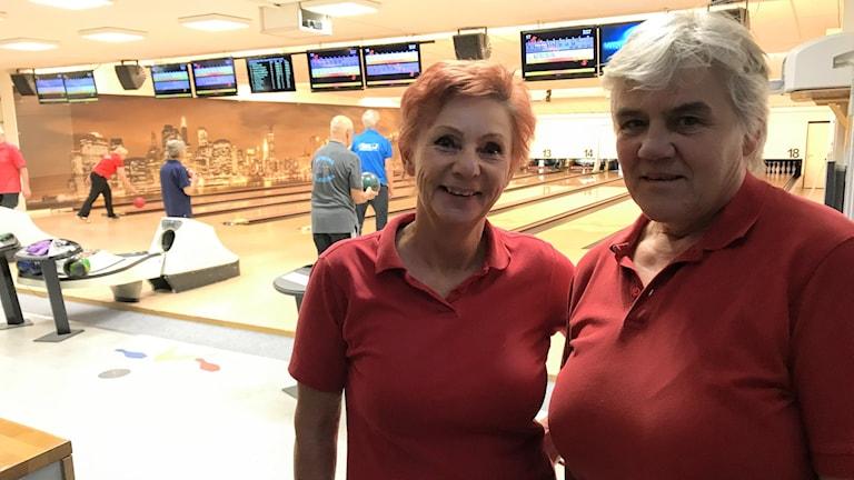 Lisbeth Stenström tävlingsledare samt  Ann-Sofie Bjersander banfunktionär. Bowling.