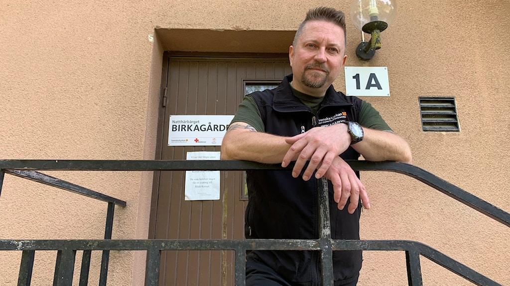 Tommy Nygård står i en svart trappa utomhus.