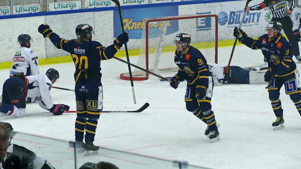 Ishockeyspelare jublar efter mål.