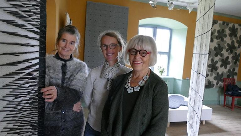 De tre konstnärerna Eila Burvall, Karin Kloth och Uuve Snidare.