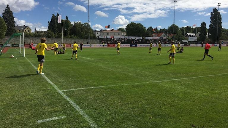 En liggande Marcus Nobell ser bollen passera mållinjen vid Gutes 1-0.
