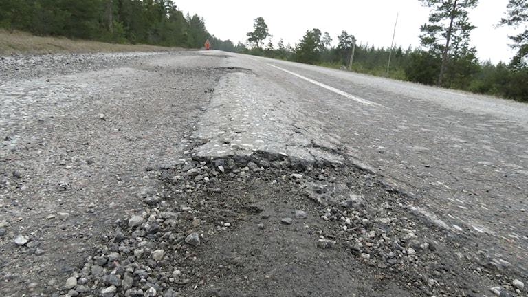 Tjälskadad länsväg 146. Foto: Katarina Hedström/Sveriges Radio
