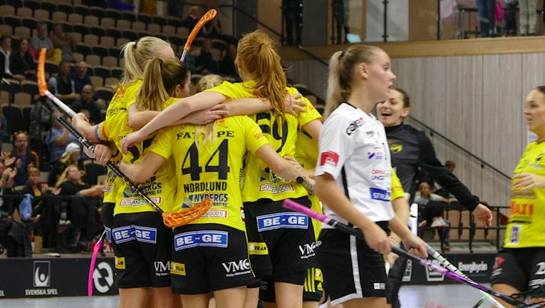 Milla Nordlund klappas om efter mål