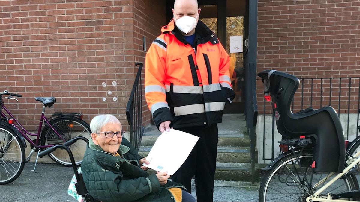 Elia Olofsson får sitt besked att hon nu kan vaccinera sig mot Covid-19