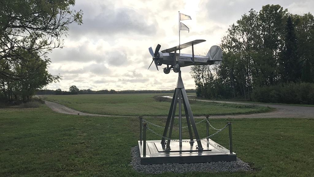 Minnesmärket av den estländske piloten Eduard Lepp som landade i ett bomplan på en åker 1944.