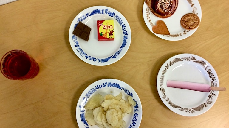 Assietter med maximalt så mycket chips, godis, glass, kakor och saft ett barn bör äta på en vecka.